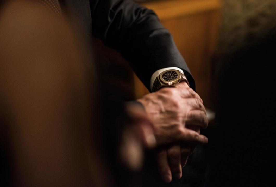 Necháváte si při intimních chvilkách hodinky na ruce? Do internetového sporu se již zapojili i sami výrobci hodinek