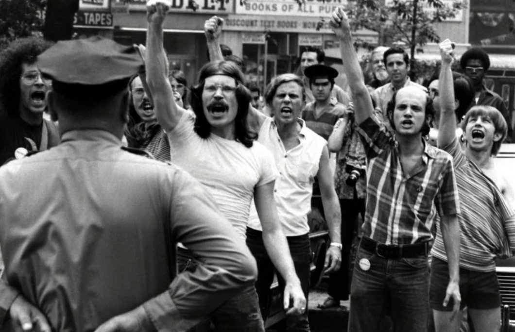 """Letos uplyne 50 let od historicky prvního průvodu homosexuálů. Jak tzv. """"pridy"""" vznikly a jaký je jejich význam?"""