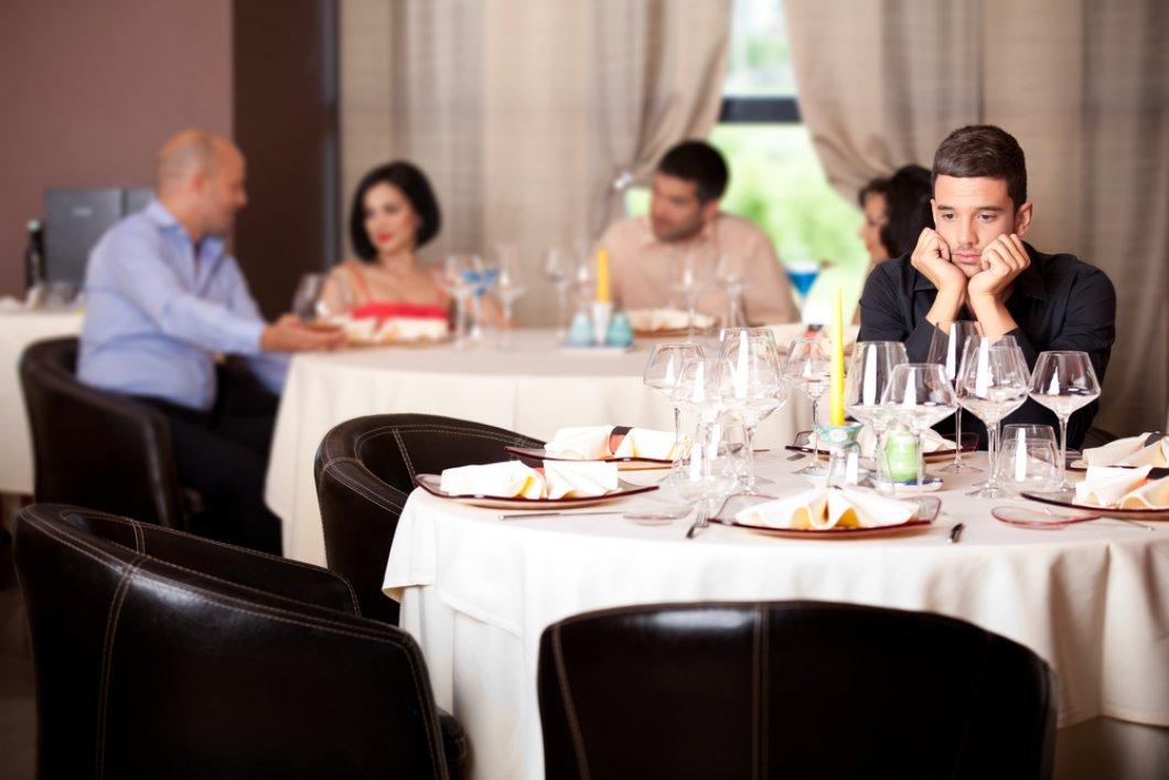 """Stůl pro jednoho: Trend """"osamoceného stravování"""" prospívá i škodí. Jak množství stolujících ovlivňuje, kolik toho sníte?"""