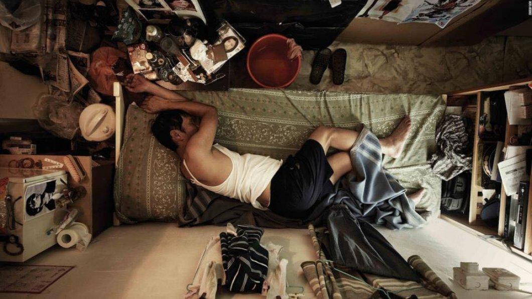 """FOTO: Aktuální krize bydlení v Hongkongu. Lidé bydlí v malých """"klecích"""", ve kterých často ani nenatáhnou nohy"""