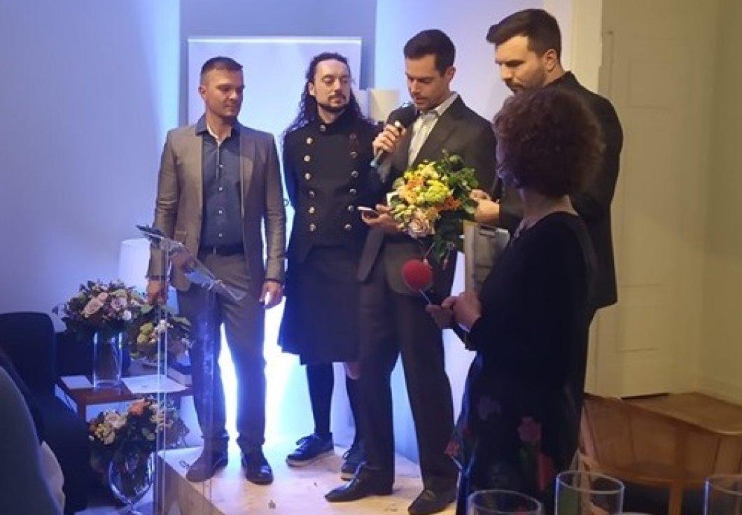 """""""Dva tátové"""", kteří bourají tabu kolem stejnopohlavního rodičovství, získali cenu za přínos české LGBT komunitě"""
