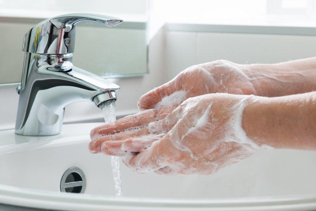 Nejvíce bakterií máme na rukou. Přesto mnozí neví, jak si je správně umýt