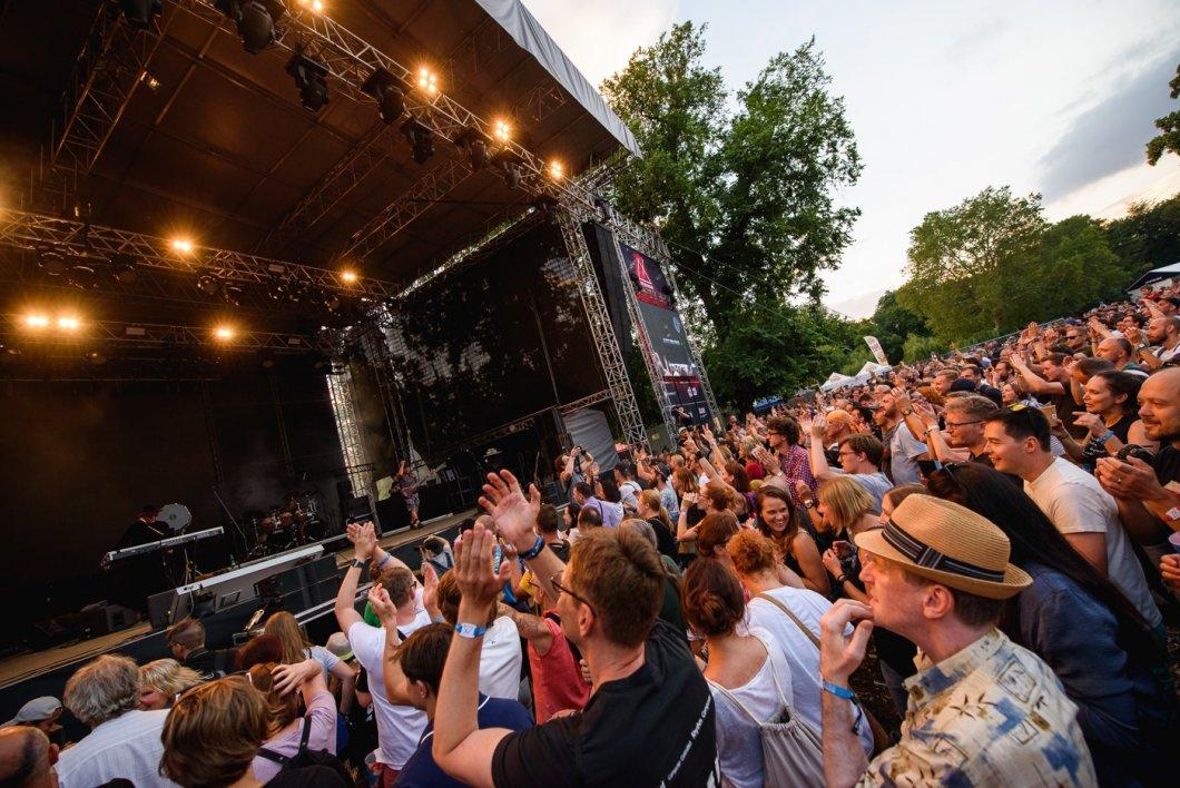 Křičící Liam Gallagher, pohoda s Morcheebou a robotický chladný Kraftwerk: Takhle to vypadalo na pražském festivalu Metronome