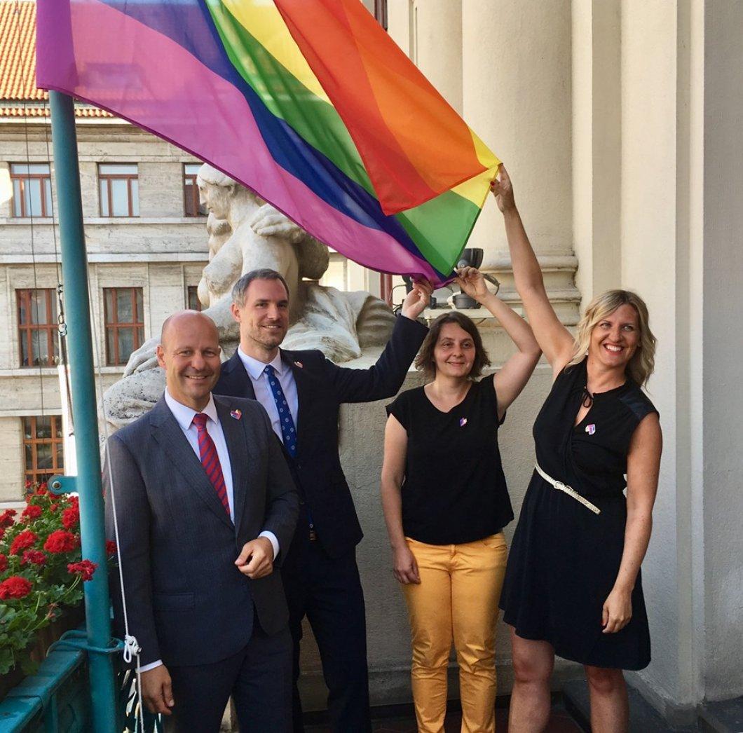 Praha na podporu LGBT lidí - radnice vyvěsila duhovou vlajku, duhově se zbarví i Petřín. Týden hrdosti začíná, vyvrcholí pochodem