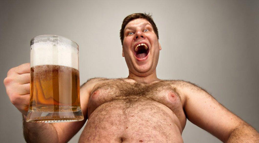 Pivní poprsí: dejte pivu sbohem, souvisí s růstem mužských prsou