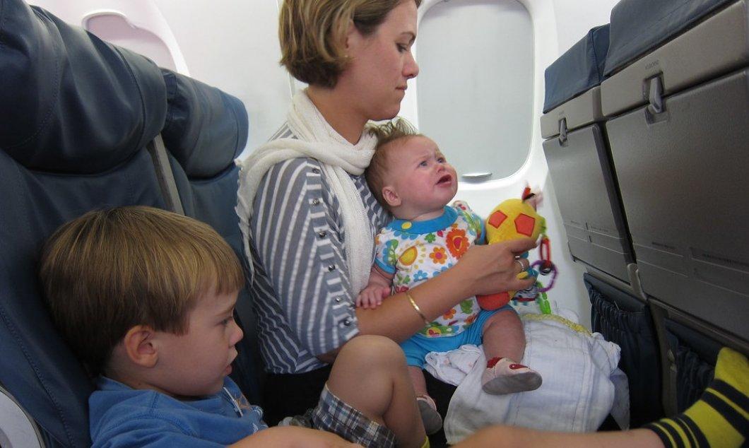 Konec brečícím dětem na palubě letadla. Revoluční opatření umožní všem klidné cestování