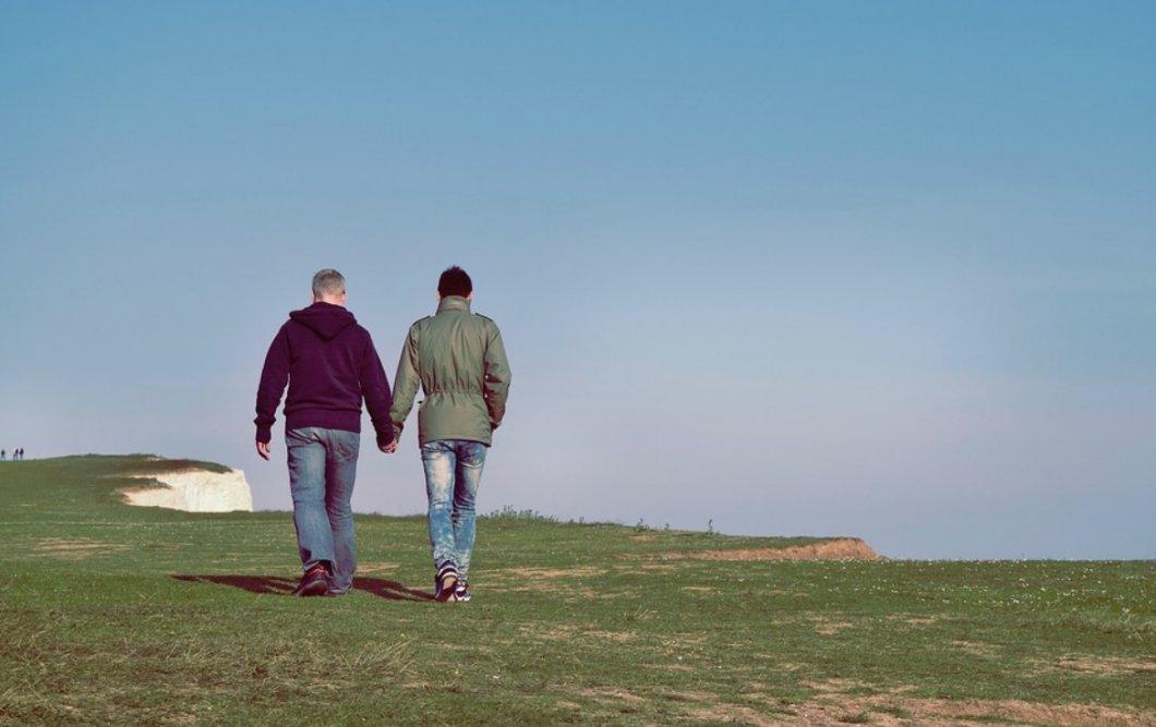 Život končí v 50? Stárnutí prožívají gayové mnohem hůře než zbytek populace