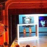Minimalisticky pojatá scéna je divákům odhalena ještě před samotným začátkem představení