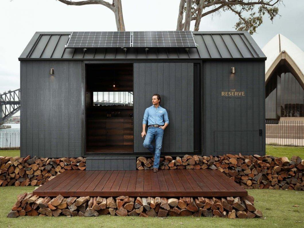 Oscarový herec pomáhá tvořit soběstačné mini domky, v nichž si odpočinete od dnešního uspěchaného světa
