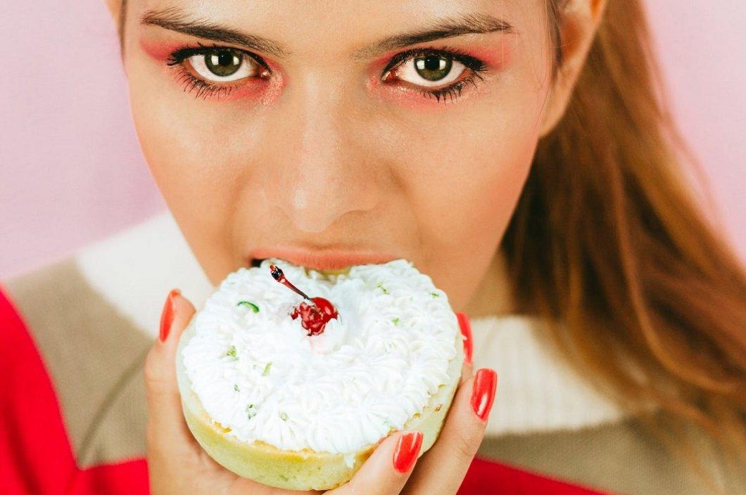 """""""Žvýkej a plivej"""" – mezi dospívajícími se šíří nový nebezpečný způsob hubnutí. Lékaři bijí na poplach"""