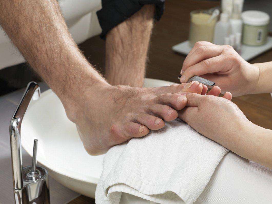 Pedikúra není jen pro ženy. Proč by i muži měli rozmazlovat své nohy?