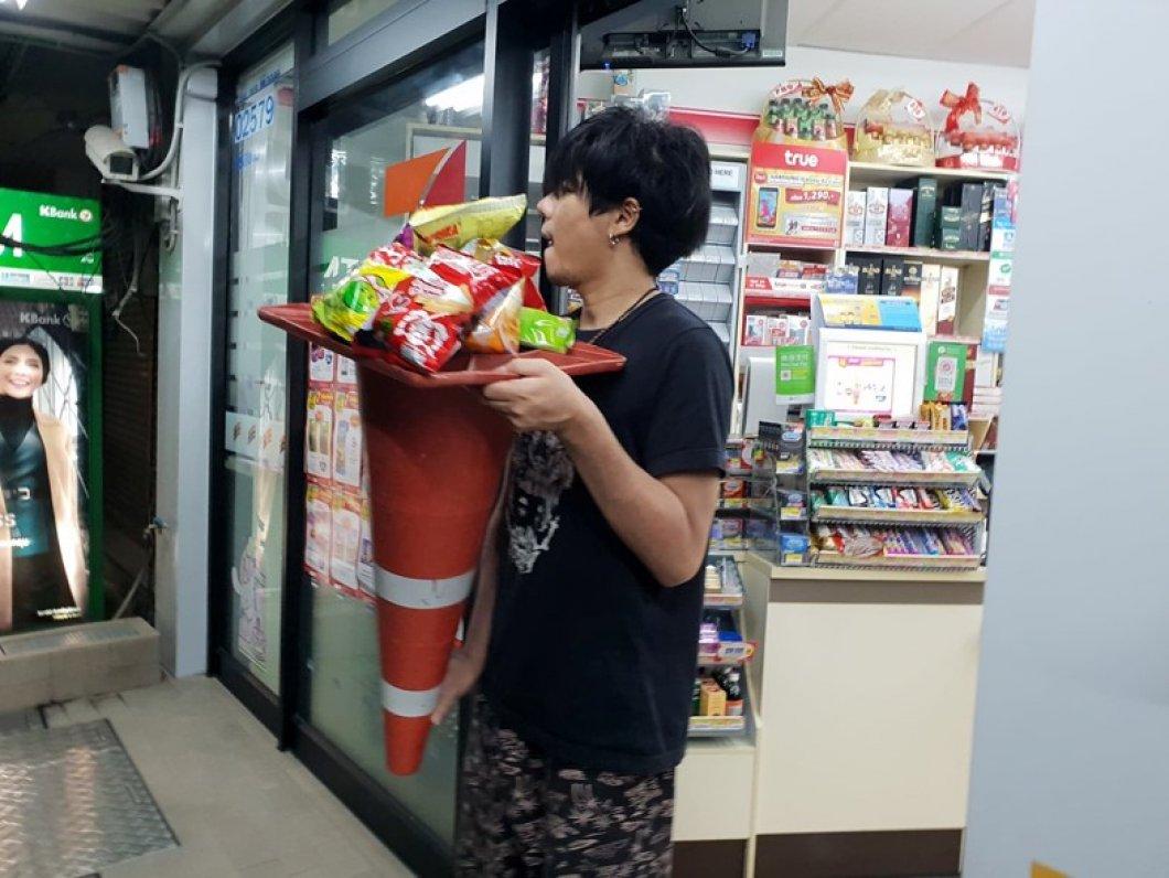 V Thajsku zakázali plastové tašky. Lidé nakupují do kufrů, hrnců i dopravních značek