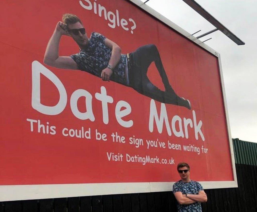 """""""Single? Pojď na rande s Markem!"""" Muž, který neuspěl na seznamkách, se nabízí na reklamní ploše"""