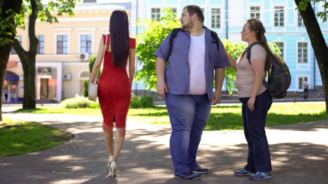 Důvěryhodní obézní muži a ošklivé tlusté ženy: Jak funguje dvojí metr při hodnocení nadváhy?