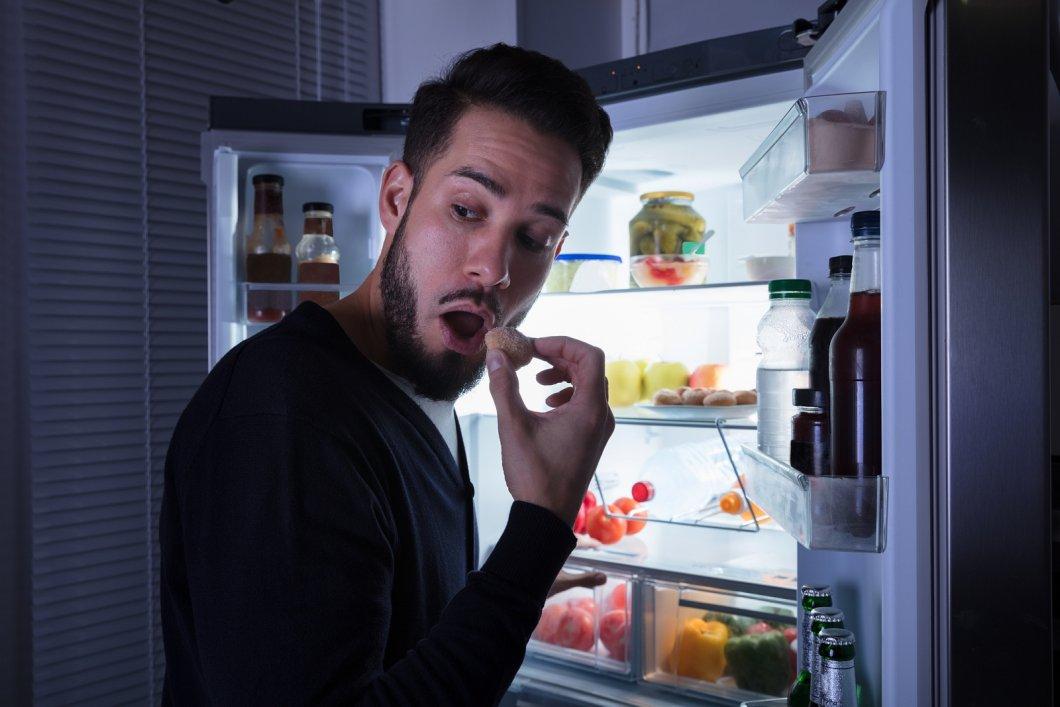 Jsou večerní návštěvy lednice pro naše tělo opravdu tak škodlivé?