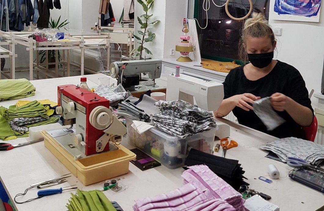 Čeští návrháři šijí roušky. Jak dlouho jim práce trvá, kolik kusů a pro koho vyrobí? Vše ukázala unikátní anketa