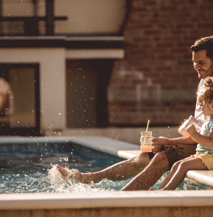 Horké letní dny u vody si zajistěte už dnes – na vlastní zahradě. Bazény s vhodnou technologií umožní koupání téměř po celý rok