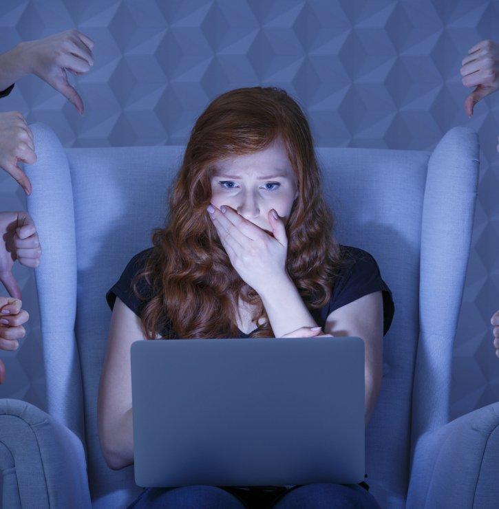 Proč jsme na sociálních sítích tak nudní? Mít jiný názor než ostatní si troufáme, jen když nás chrání anonymita